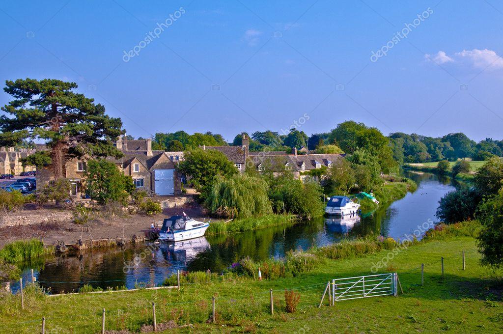 Villaggio di campagna inglese di fiume foto stock for Piani di costruzione di cottage gratuiti
