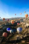 Photo Hot air ballooning over the valley at Cappadocia, Turkey