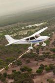 Kleinflugzeug fliegt