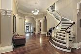 Foyer mit geschwungener Treppe