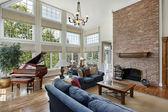 Velký rodinný pokoj s dvěma okny příběh