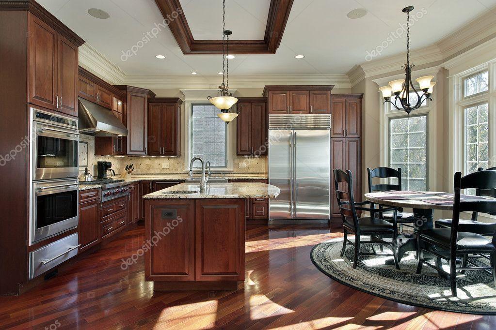 Luxus Küche mit Kirsche Holz Schränke — Stockfoto © lmphot #8656137