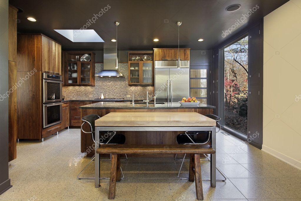 Cuisine Moderne Dans Une Maison De Banlieue Avec Grande Baie Vitrée U2014 Image  De ...