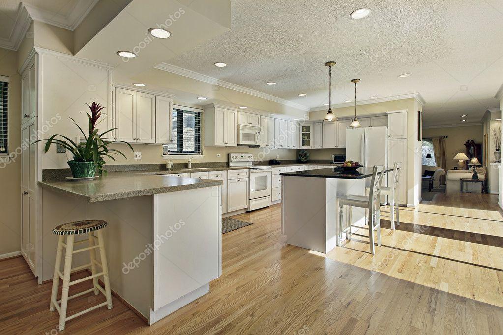 Van Boven Keukens : Grote keuken met granieten eiland terug naar boven u2014 stockfoto
