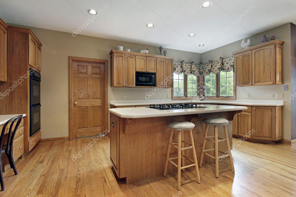 cucina con mobili in legno rovere — Foto Stock © lmphot #8656380