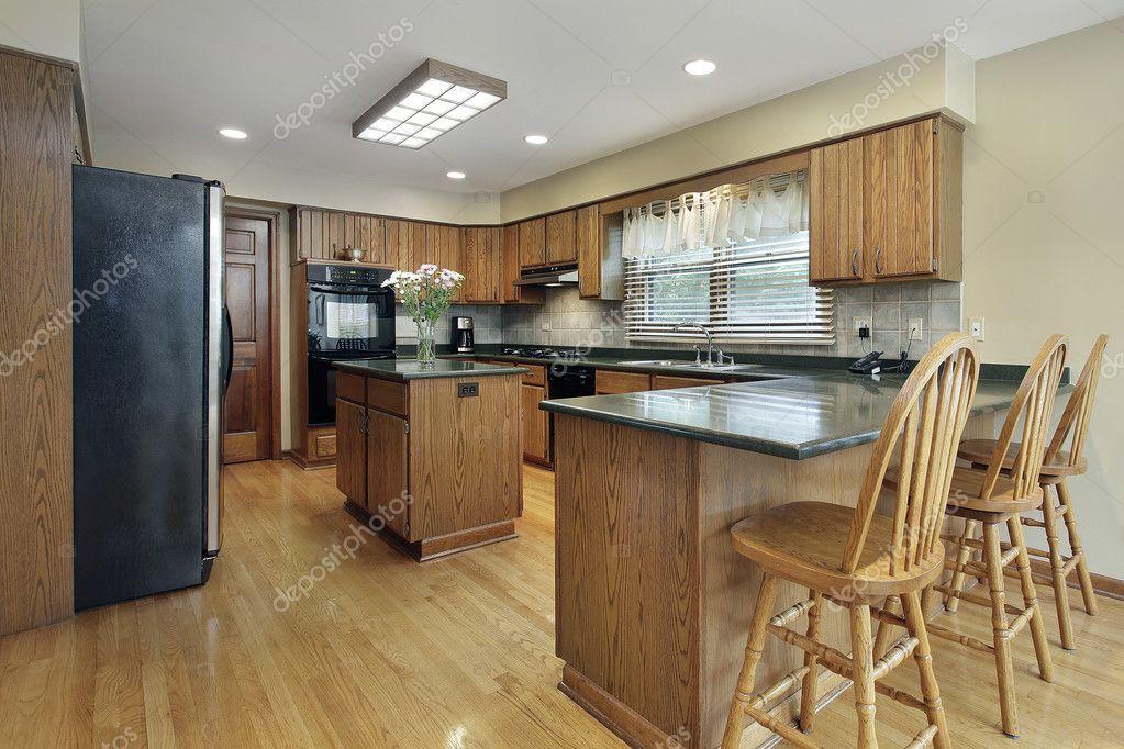 Keuken met houten kasten u stockfoto lmphot