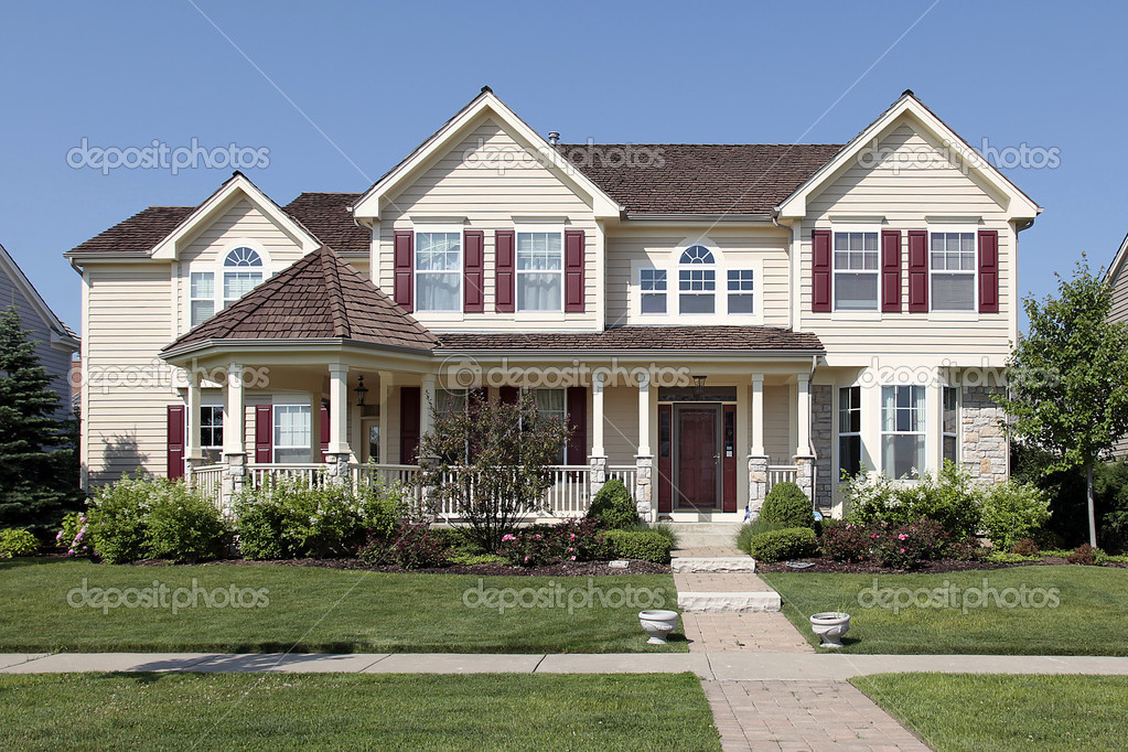 Case Con Persiane Grigie : Casa con persiane rosse u foto stock lmphot
