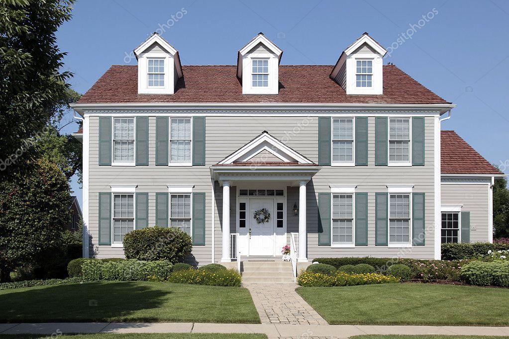 Casa di periferia con le persiane verdi foto stock for Piani di casa di 3600 piedi quadrati