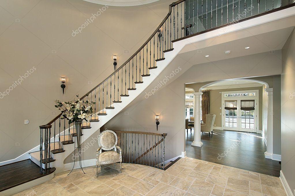 Hall de entrada con escalera curva foto de stock for Escaleras de casas de lujo