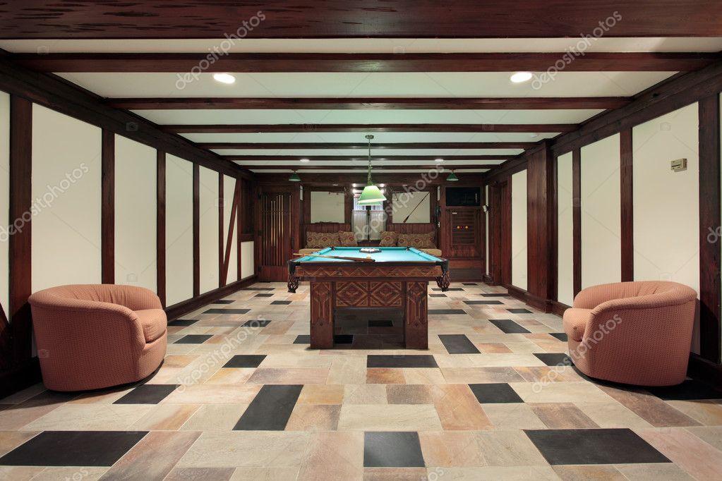 Soffitto In Legno Con Travi : Sala da biliardo con soffitti con travi in legno u2014 foto stock