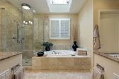 Fotografie Luxus-master-Bad mit Oberlicht