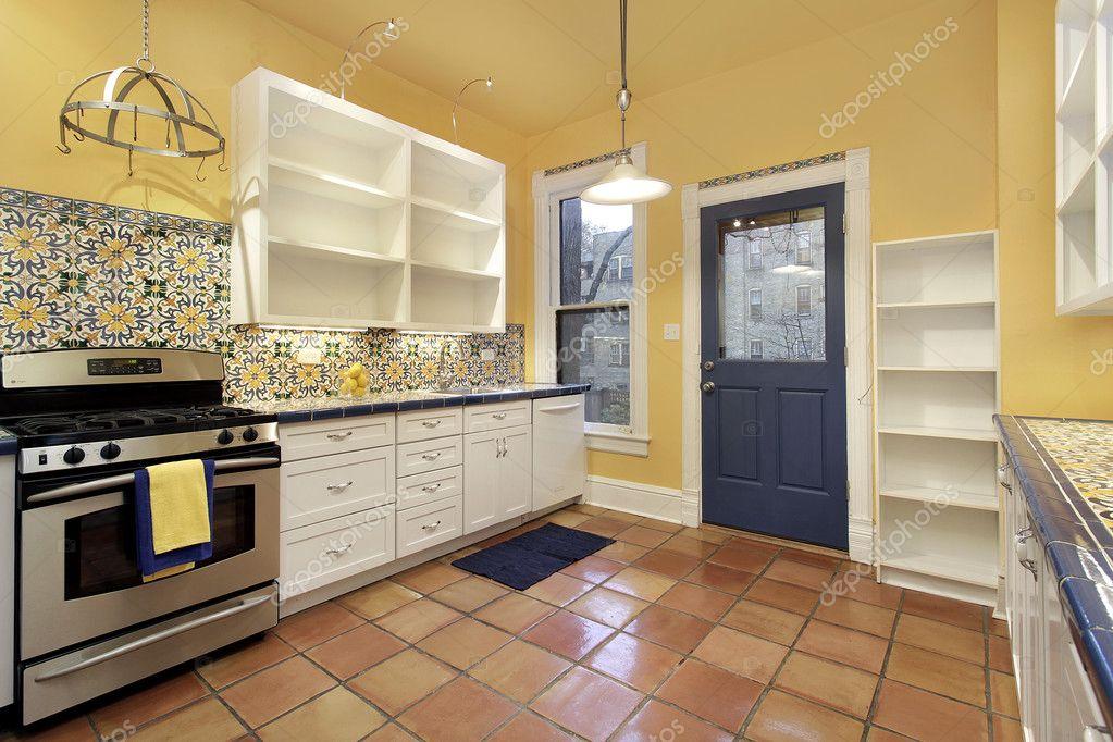 Cucina con mattonelle di pavimento di terracotta u foto stock