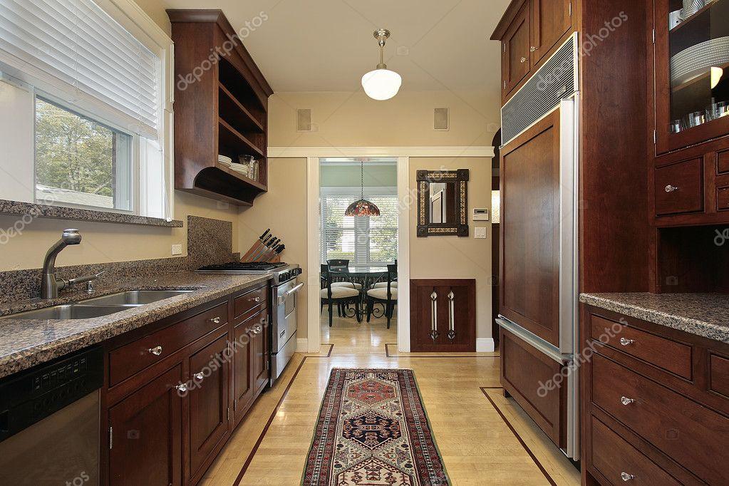 Keuken met houten panelen koelkast u stockfoto lmphot
