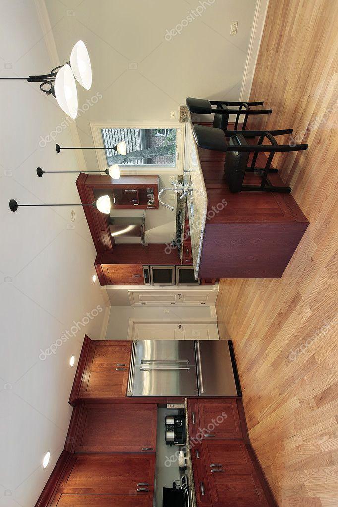 Küche mit Kirsche Holz Schränke — Stockfoto © lmphot #8671100