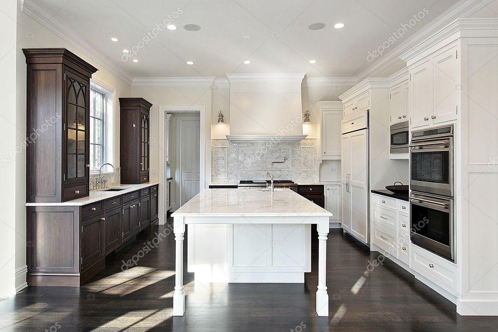 cocina con muebles oscuros y claros — Foto de stock © lmphot #8671203