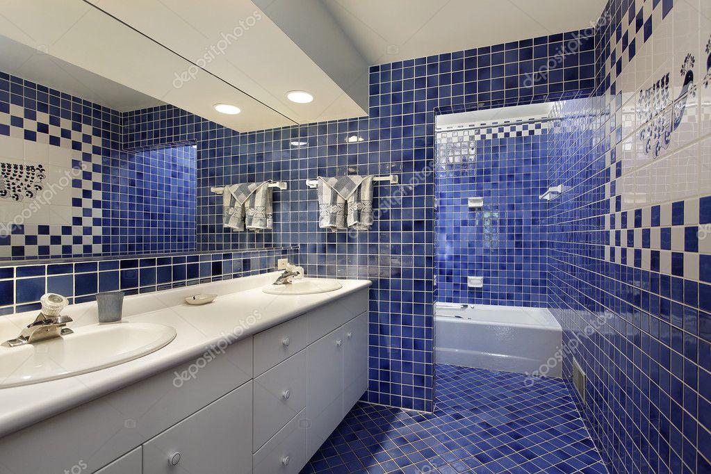 Badezimmer mit blauen Fliesen — Stockfoto © lmphot #8677645