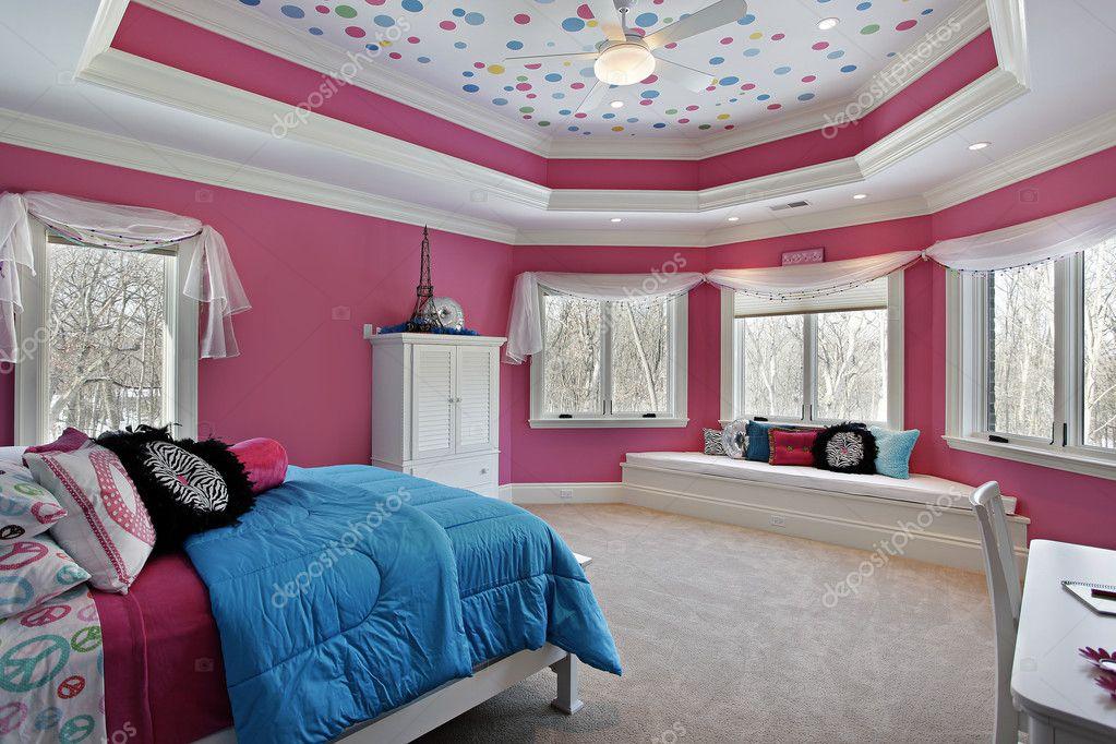 Pareti Rosa Camera Da Letto : Camera da letto della ragazza con pareti rosa u foto stock