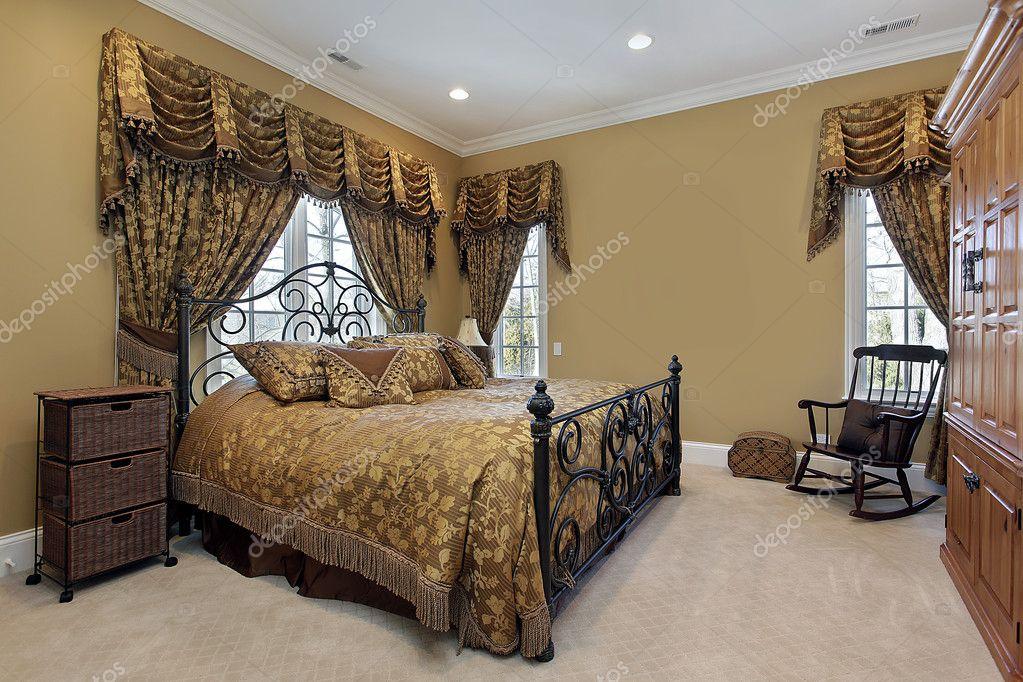 Pareti Doro : Master camera da letto con pareti oro u2014 foto stock © lmphot #8679316