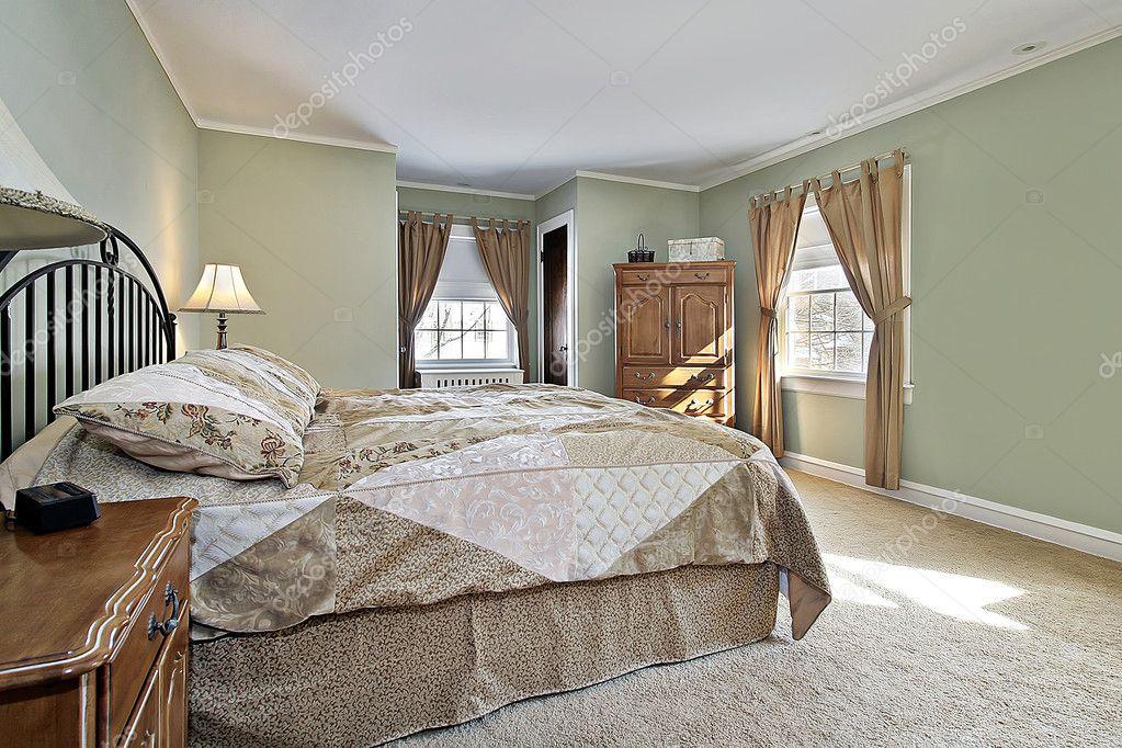 Master camera da letto con pareti verde — Foto Stock © lmphot #8679474