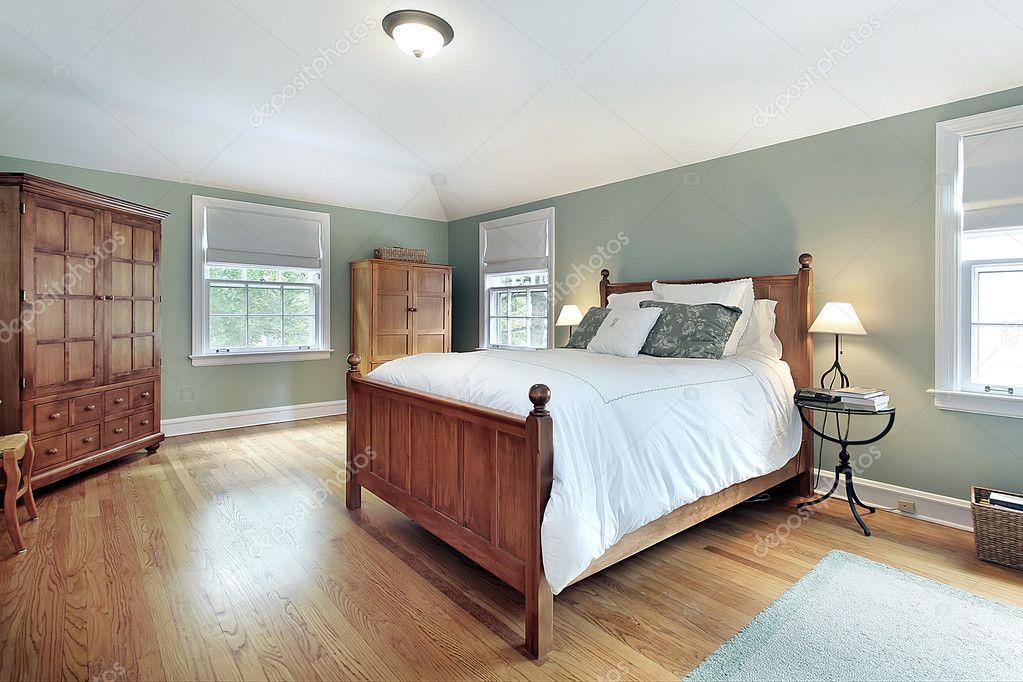 Master camera da letto con mobili in legno di rovere — Foto Stock ...