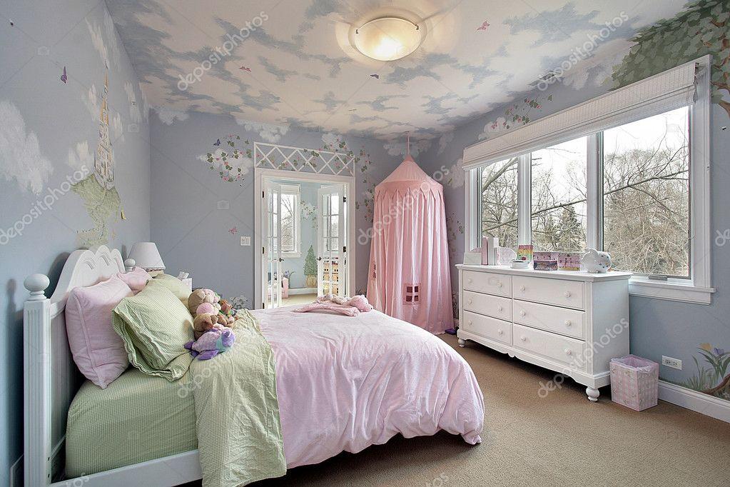 camera da letto con disegni a parete — Foto Stock © lmphot #8679493