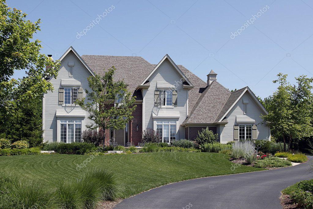 maison de banlieue avec parements blancs photographie lmphot 8691242. Black Bedroom Furniture Sets. Home Design Ideas