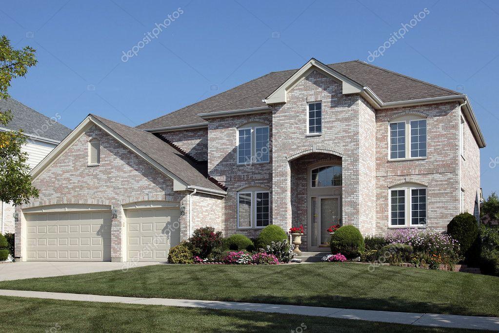 Casa con ingresso ad arco e tre auto garage foto stock for 3 piani di garage per auto con alloggi
