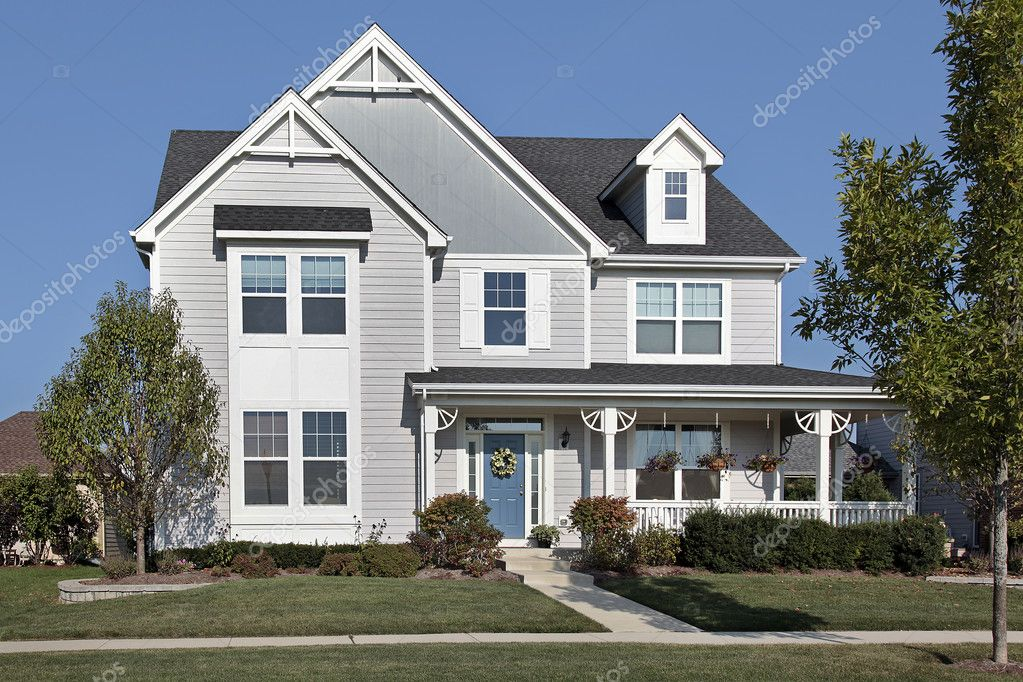 Huis met veranda en blauwe deur u stockfoto lmphot