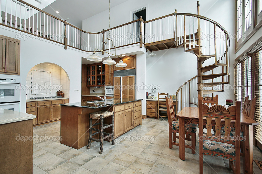 Keuken Met Trap : Grote keuken met spiraal trap naar tweede verdieping u2014 stockfoto