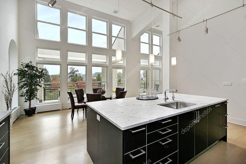 cocina moderna con dos ventanas de pisos — Foto de stock © lmphot ...
