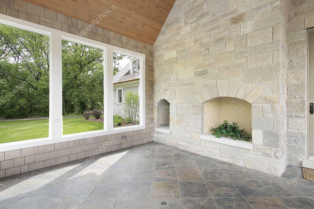 porche de piedra con chimenea u foto de stock