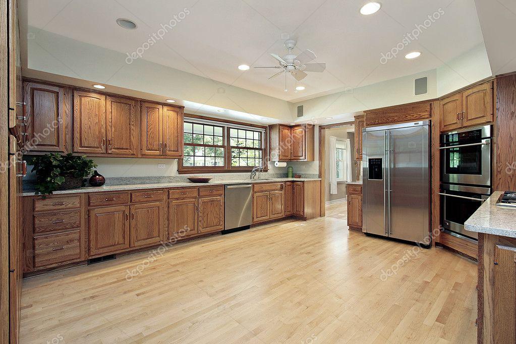 Küche mit Eiche Holz Schränke — Stockfoto © lmphot #8701468