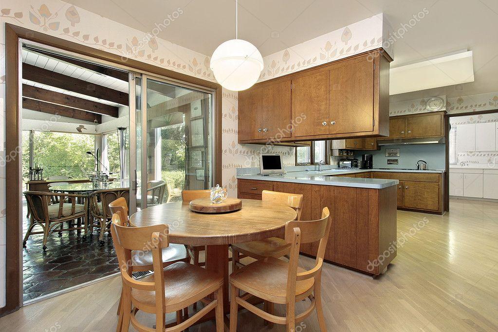 cucina con vista nella veranda — Foto Stock © lmphot #8701479