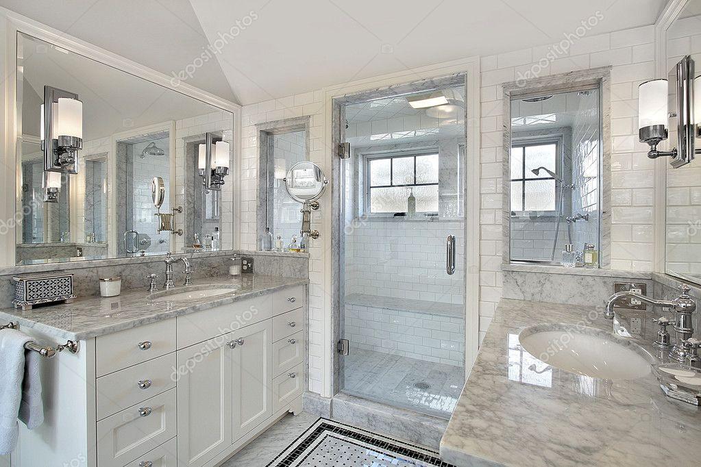 Piatto doccia sotto finestra con bagno con finestra m a