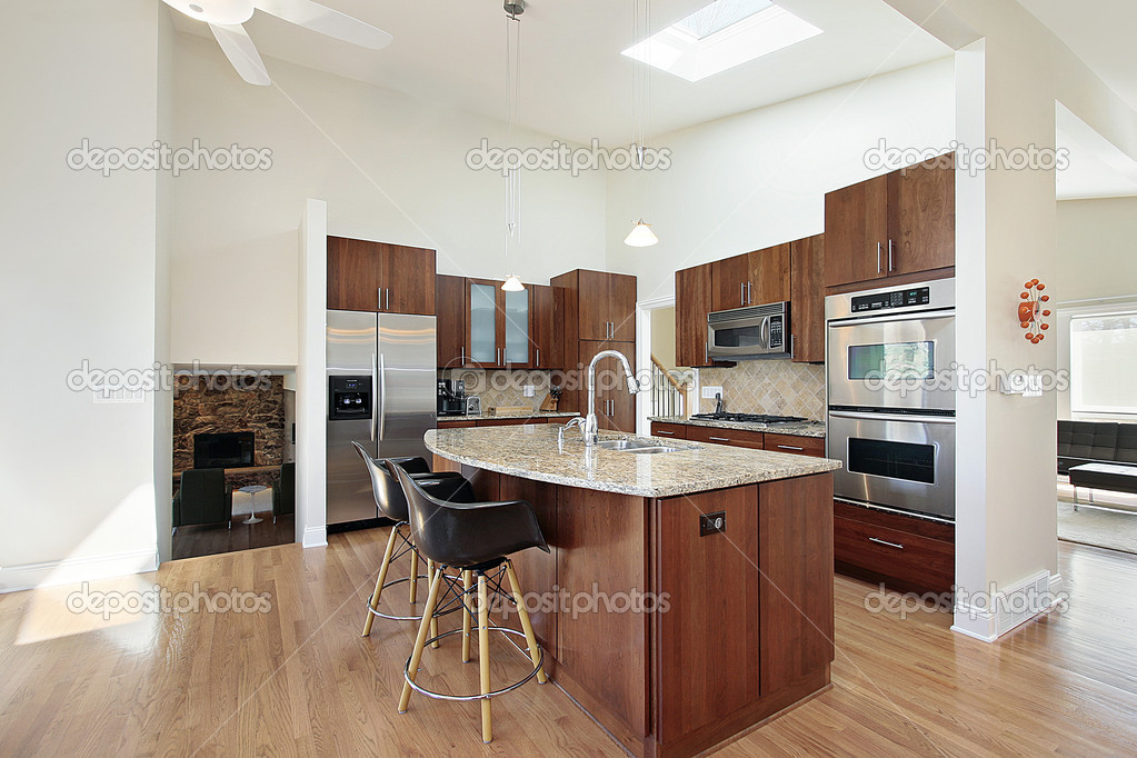 Moderna cocina con isla del granito fotos de stock for Mostrar cocinas modernas