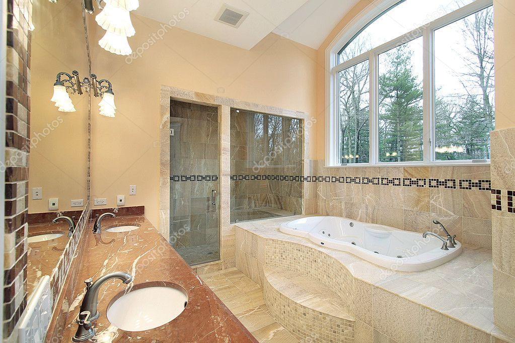 bagno padronale in casa di lusso foto stock lmphot
