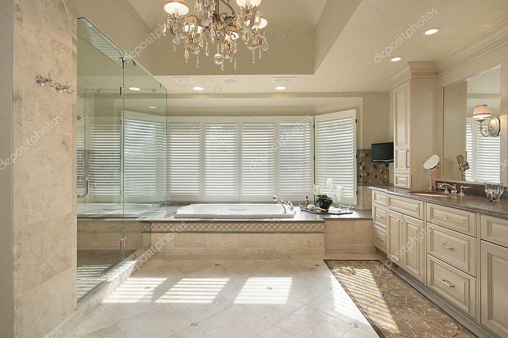 Bagno padronale con vasca grande foto stock lmphot for Grande casa padronale