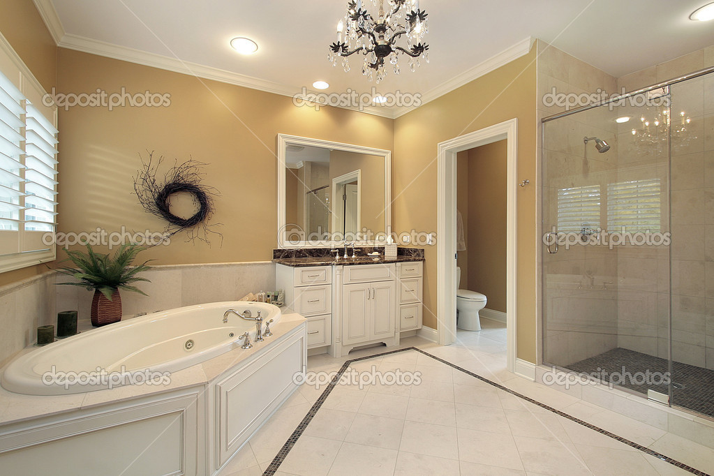 Vasca Da Bagno Di Grandi Dimensioni : Master bagno di lusso di grandi dimensioni u foto stock lmphot