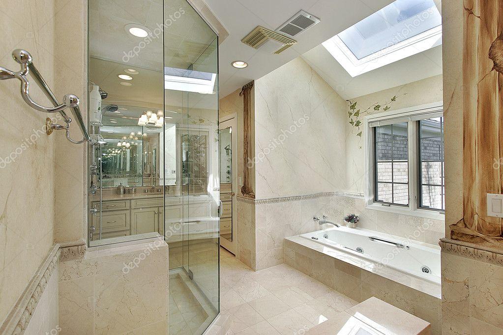 Baño principal de lujo con tragaluz — Foto de stock ...