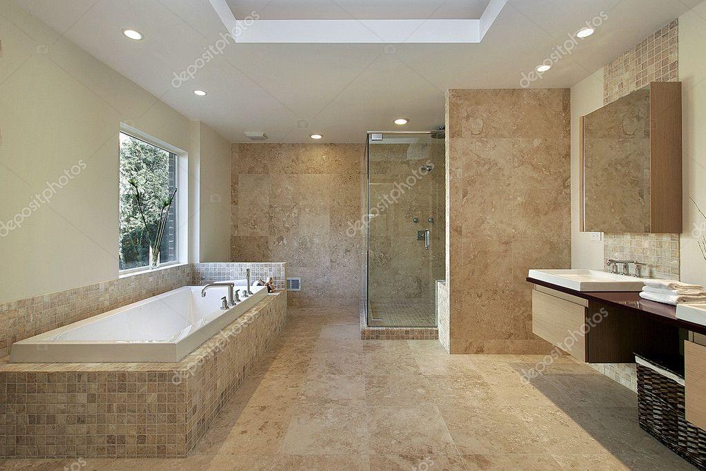 Hlavn koupelna v nov v stavb dom stock fotografie - Amenager une douche a l italienne ...