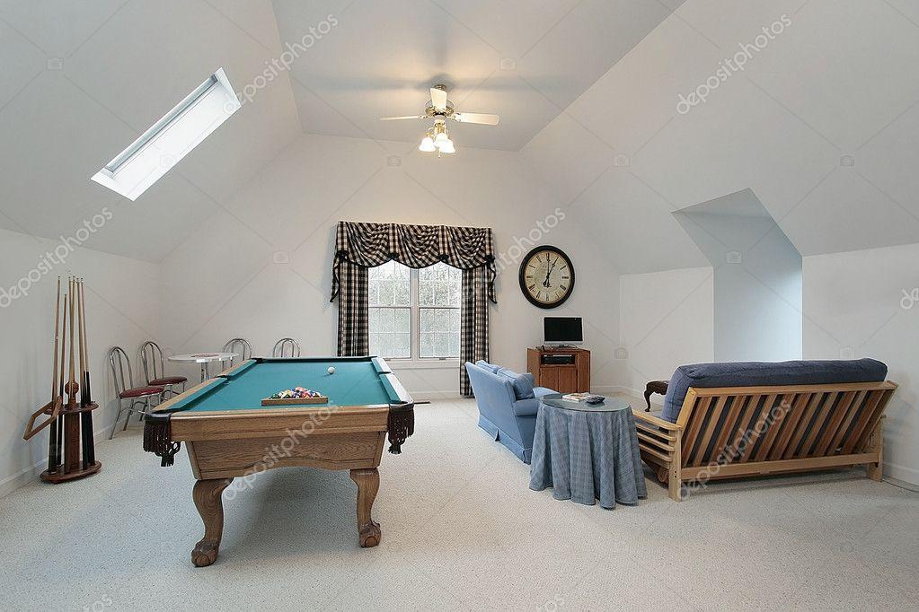 Sala giochi con tavolo da biliardo foto stock lmphot 8702757 - Prezzo tavolo da biliardo ...