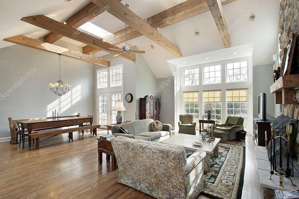 Chambre familiale avec poutres apparentes — Photographie ...