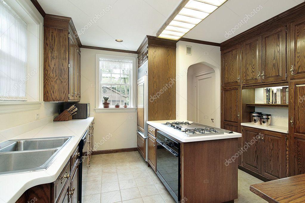 Cocina con isla superior de la estufa foto de stock - Cocina con isla precio ...