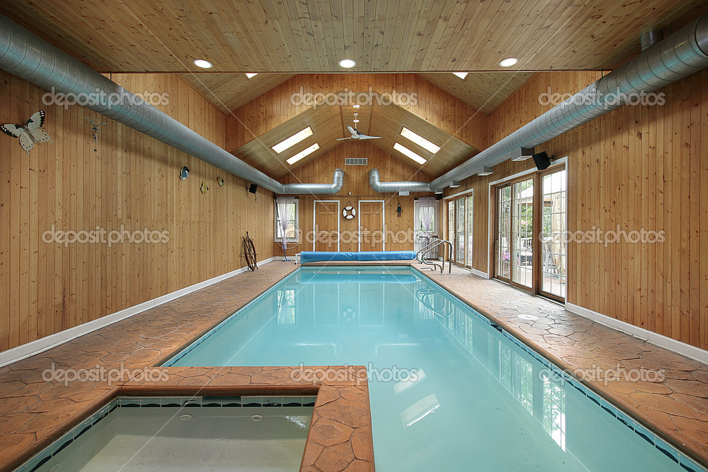 piscine int rieure avec bardage en bois photographie lmphot 8728438. Black Bedroom Furniture Sets. Home Design Ideas
