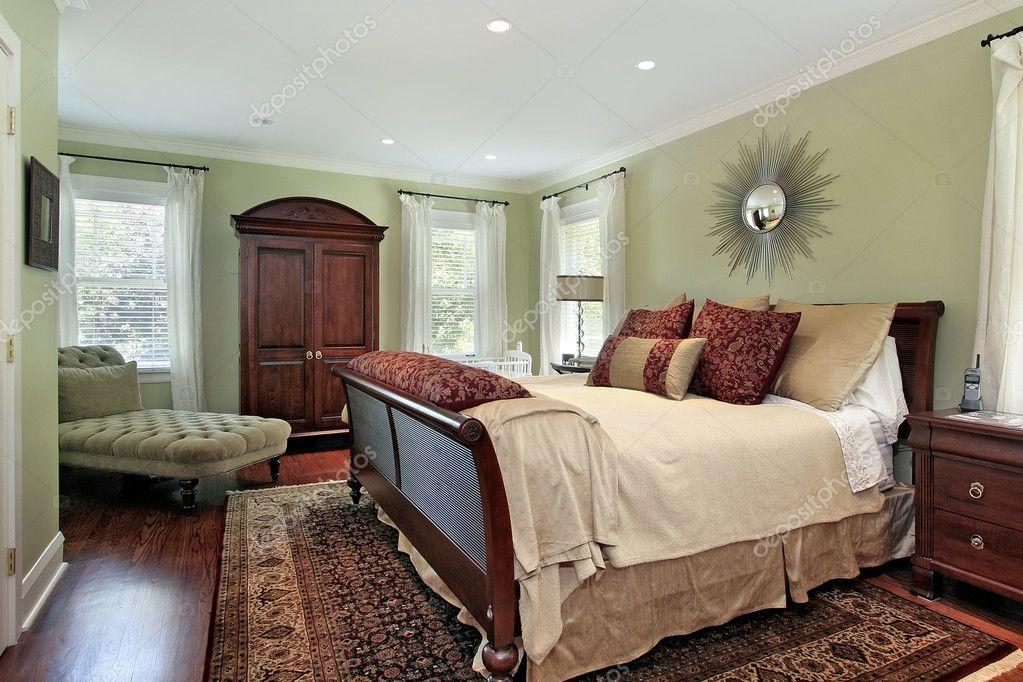 Master camera da letto con pareti verde — Foto Stock ...