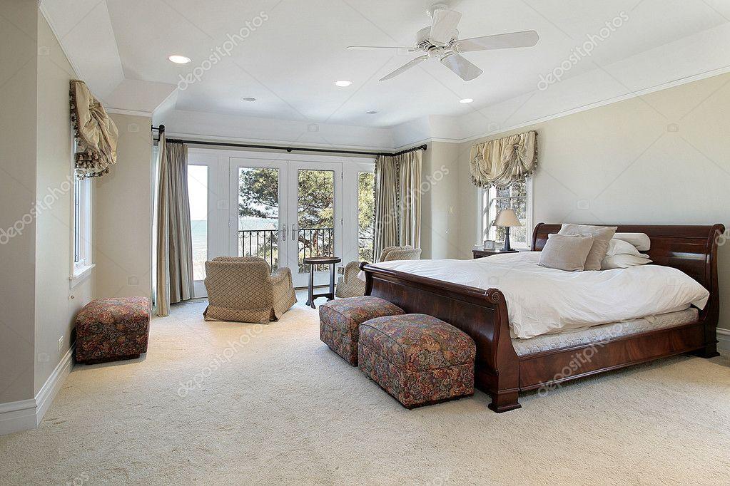 camera da letto matrimoniale di lusso con vista lago — Foto Stock ...