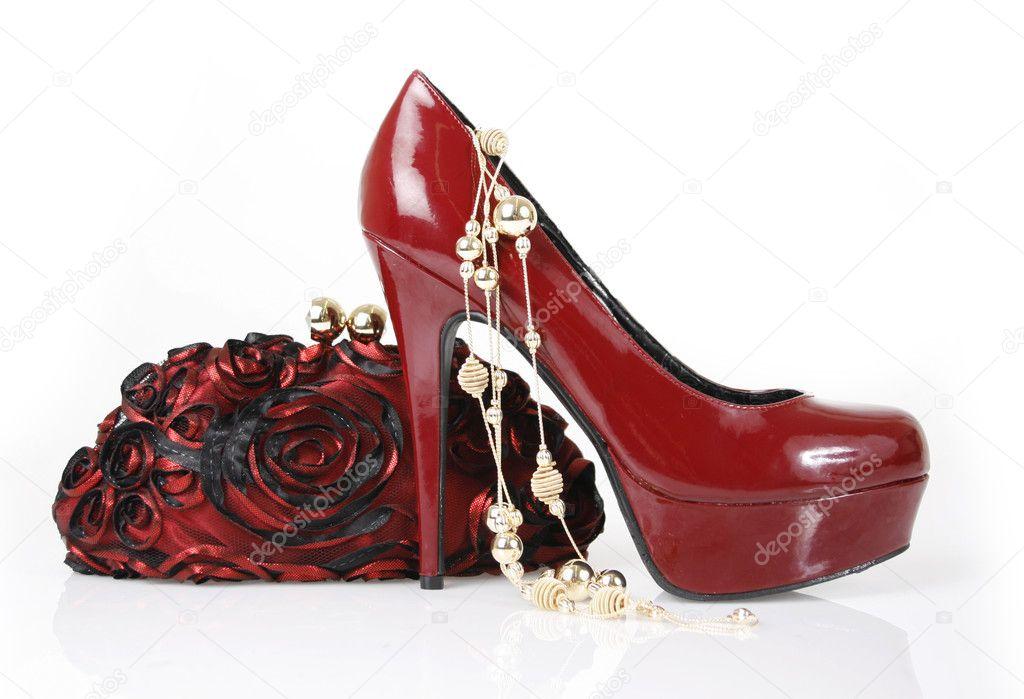 4478b735c582f Bordo ayakkabı, debriyaj çanta ve beyaz zemin üzerine altın kolye — Guzel  ...