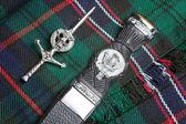 Kiltnadel und schottisches Messer