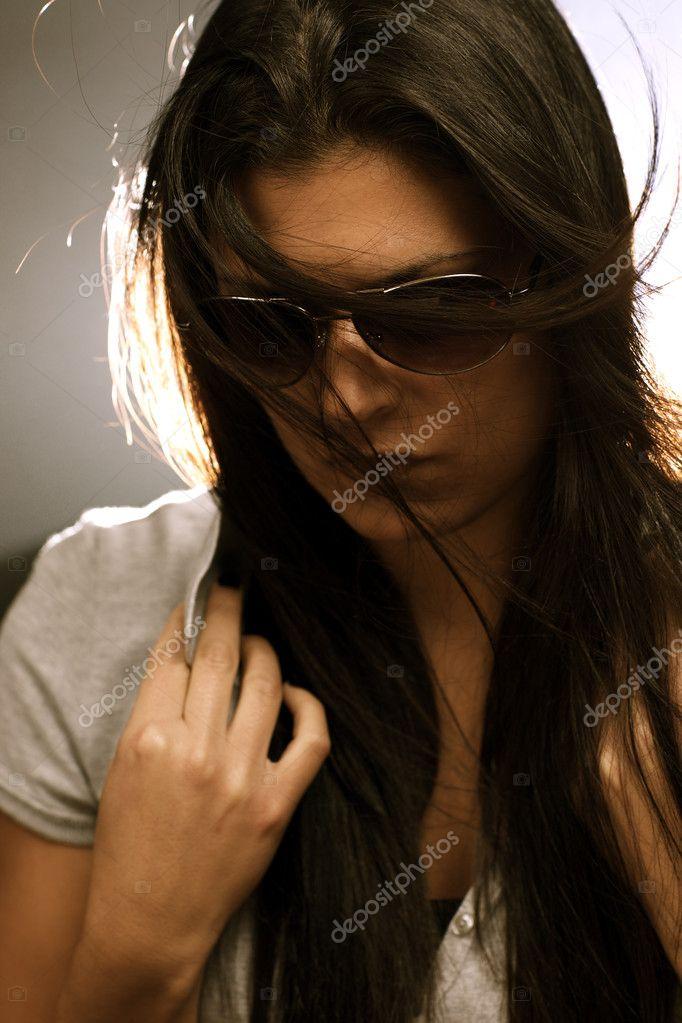 Suficiente linda mulher morena em óculos de sol — Stock Photo © swatchandsoda  FP58
