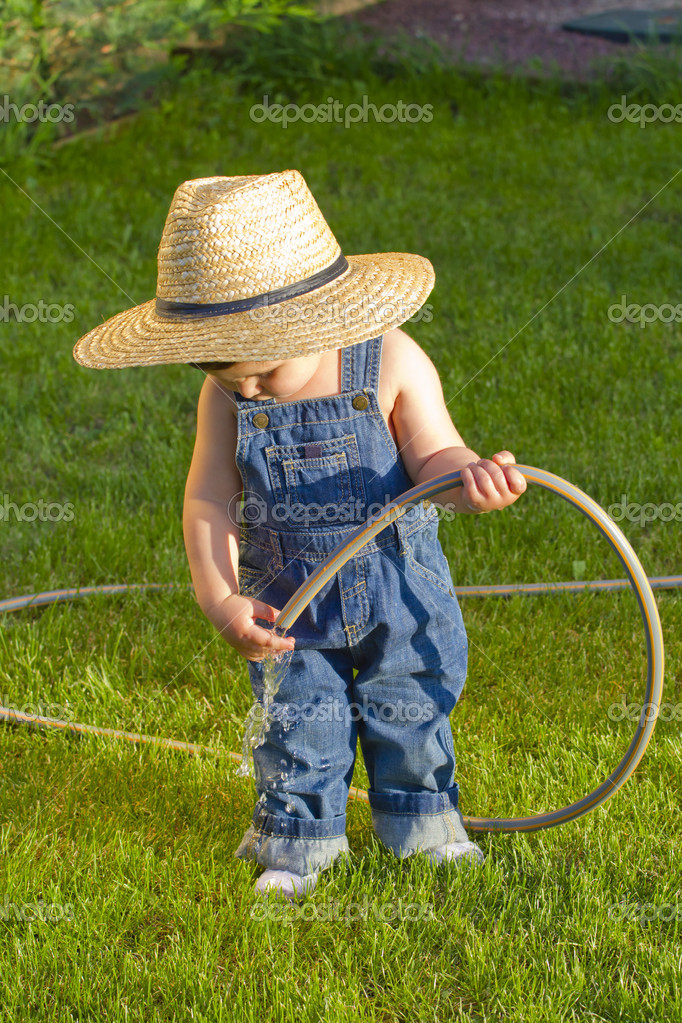호스 그의 앞 마당에서 작은 아기 소년 정원사 — 스톡 사진 ...